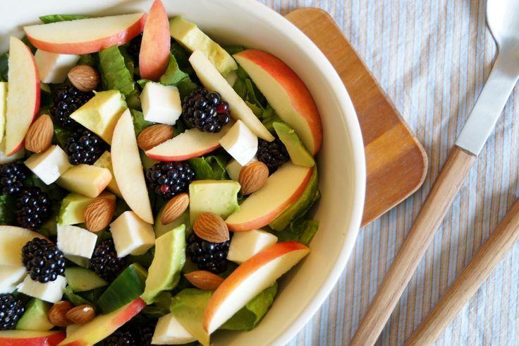 Salat med avocado og brombær. En super lækker efterårssalat.