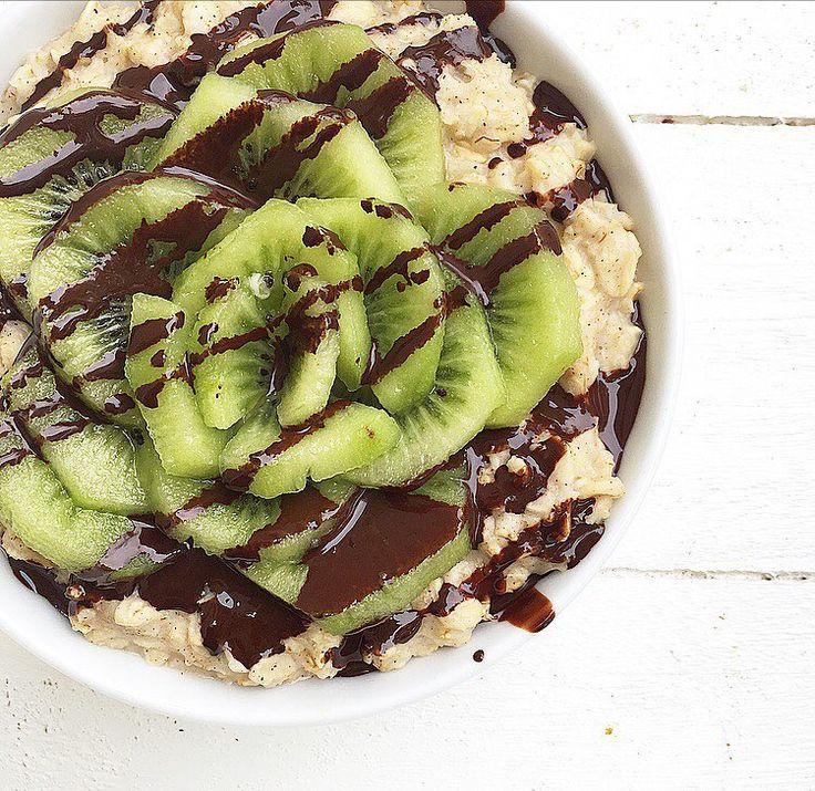 Porridge alla cannella con kiwi e cioccolato fondente fuso