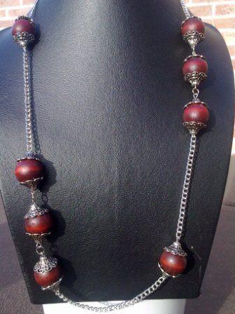 Halsketting  (65 - 90 cm) van rood bruine houten kralen met eindkapjes op metalen ketting 13€   ijpassende oorbellen: 5€