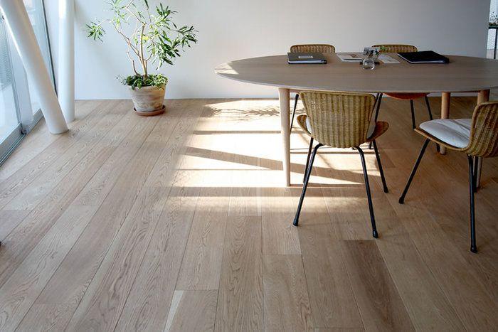どんぐりの木として親しまれているオーク(ナラ)は、微妙な凹凸で足触りが良いさらっとした無垢材です。木目にバリエーションがあるものの濃淡が弱いので柔らかく見えるのが魅力のひとつ。漆喰や珪藻土とのコーディネートもしやすいので、自然素材の家で多く採用されています。