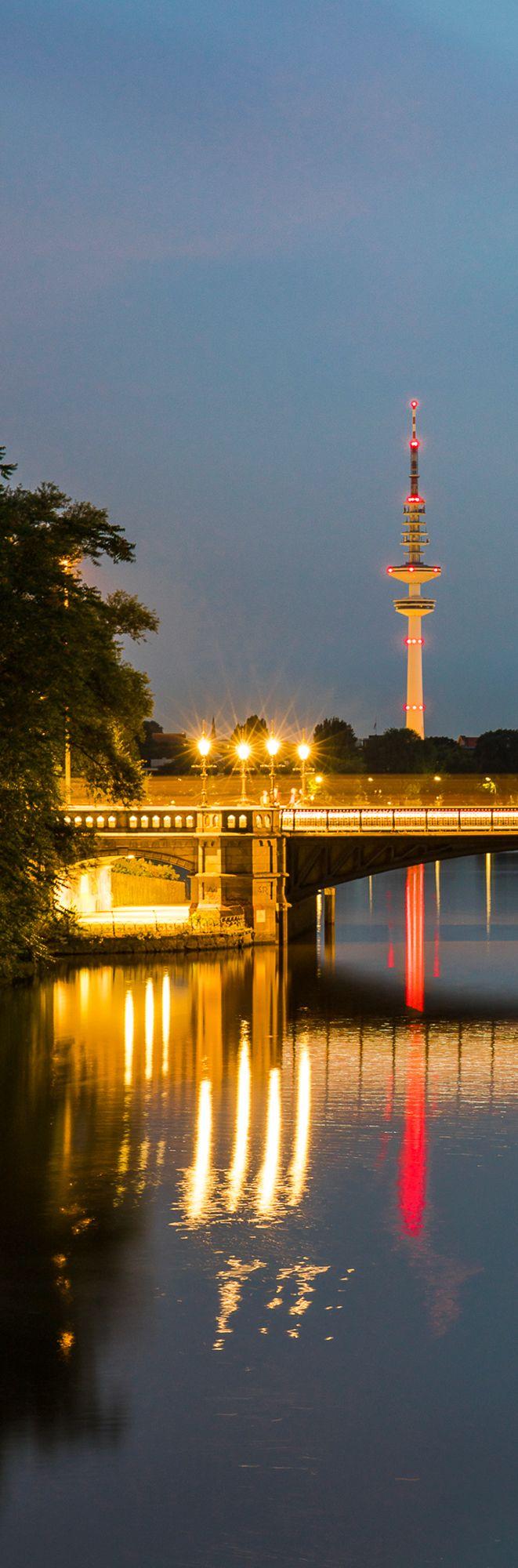 Hamburg Außenalster Schwanenwikbrücke mit Fernsehturm