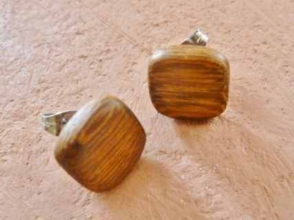 Schöne viereckige Natur-Ohrringe aus Eichenholz.