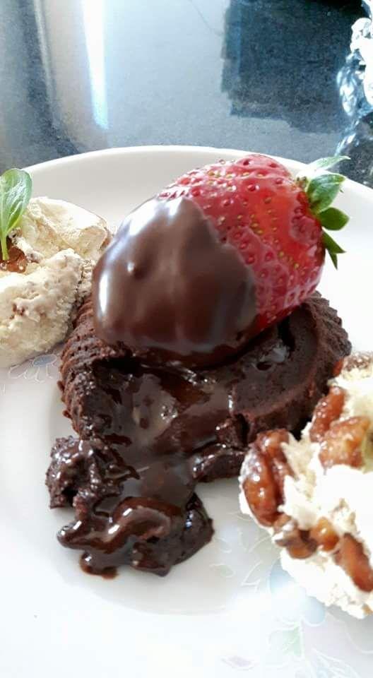 O prăjitură cu nume pompos, care nu-ti inspira incredere sa o faci, de teama sa nu-ti iasa, dar care se face usor si e delicioasa! Ingrediente: 200 grame unt, 300 grame ciocolata neagra, 4 oua, 3 l…