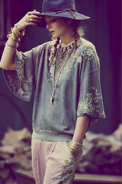 Source: pop-rocky embroidery folk style on grey batwing sleeve half sweater? Hell to the yes please, such boho lushness gets my heart beating wildly, and my eye twitching but don't worry bout that, it's auspicious ;)