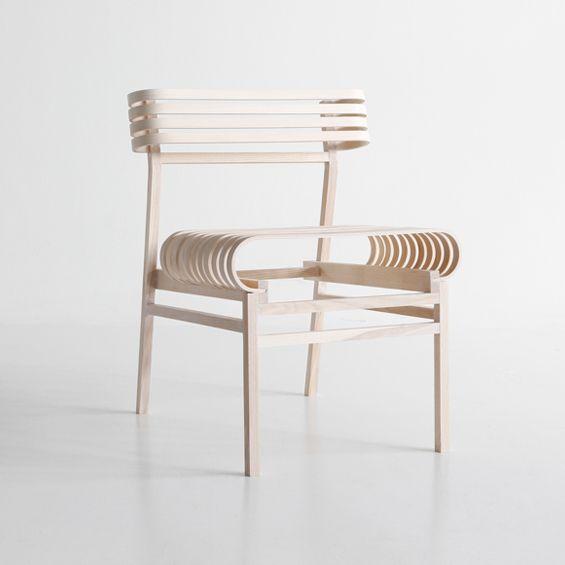 Nikolo Kerimov, designer finlandais, expérimente et crée une chaise inspirée des squelettes en bois des coques de bateaux. L'assise et le dossier réalisés en lames de bois courbées apportent une certaine élasticité participant au confort général...