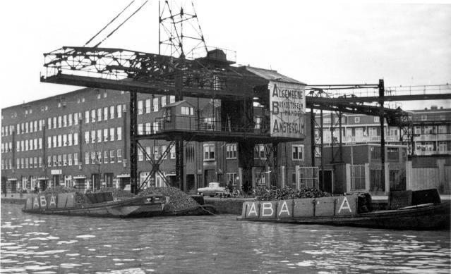 Kolenoverslag langs de Kostverlorenvaart in 1958 met electrische monorail. Triomf der techniek uit de dertiger jaren.. Foto: Historisch Archief De Baarsjes