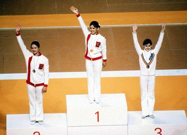 Nadia Comaneci (droite) de la Roumanie célèbre sa médaille de bronze en gymnastique lors des exercices au sol aux Jeux olympiques de Montréal de 1976. (Photo PC/AOC)