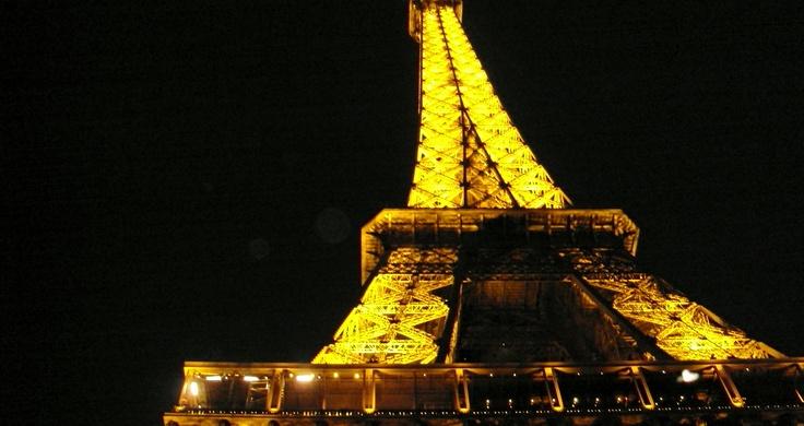 Parijs zomer 2012: Een verlichte Eiffeltoren gezien vanaf de Seine