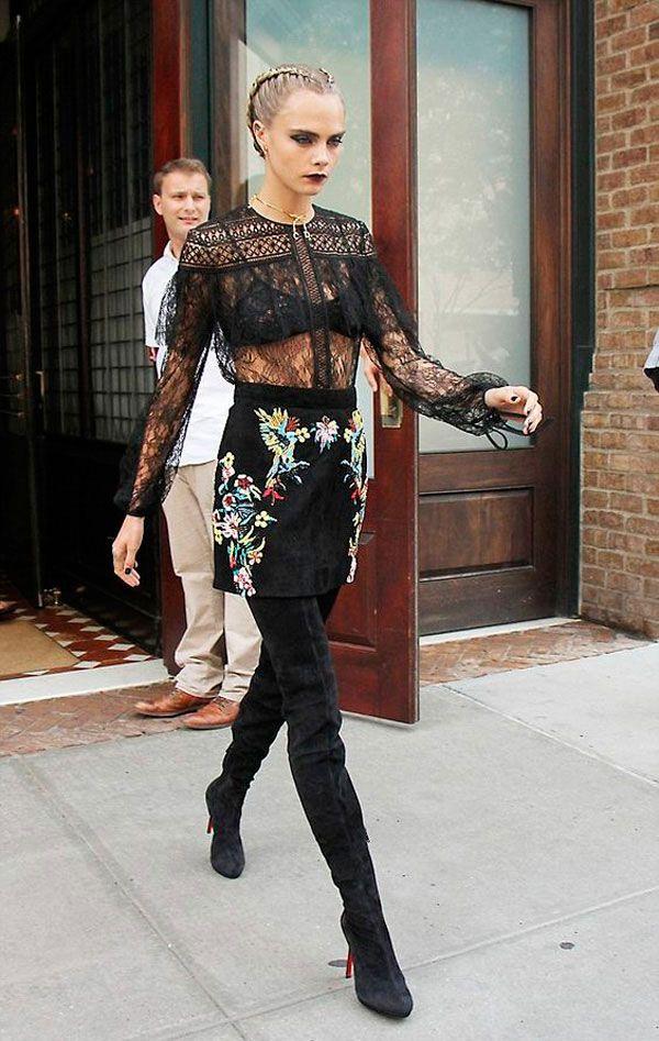 Cara delevigne usa blusa rendada com transparencia + lingerie aparente + saia e bota over the knee