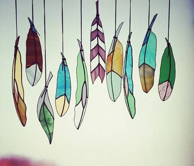 羽のステンドグラスを飾る |Listen to Nature - Greenのあるインテリア -