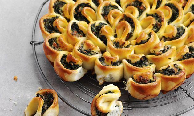 Apéro-Spinatkuchen: Füllung: Spinat in siedendem Salzwasser 1 Minute blanchieren, abgiessen, kalt abschrecken, ausdrücken, grob hacken. Zwiebel und Knoblauch ...