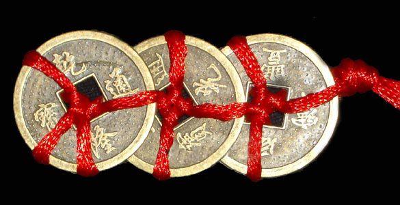 3 китайские монетки, перевязанные красной нитью привлекают денежную удачу
