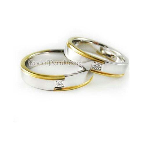 Cincin Kawin Masagarmas merupakan Cincin Kawin berbahan perak dengan desain simple nan elegan, berhiaskan sebuah batu di tengah dan kombinasi garis gold pada bagian samping.  Finishing akhir glossy / gilap dengan dilapis rhodium. Cocok untuk Cincin Kawin, cincin nikah, cincin tunangan model simple maupun hadiah/kado cincin.