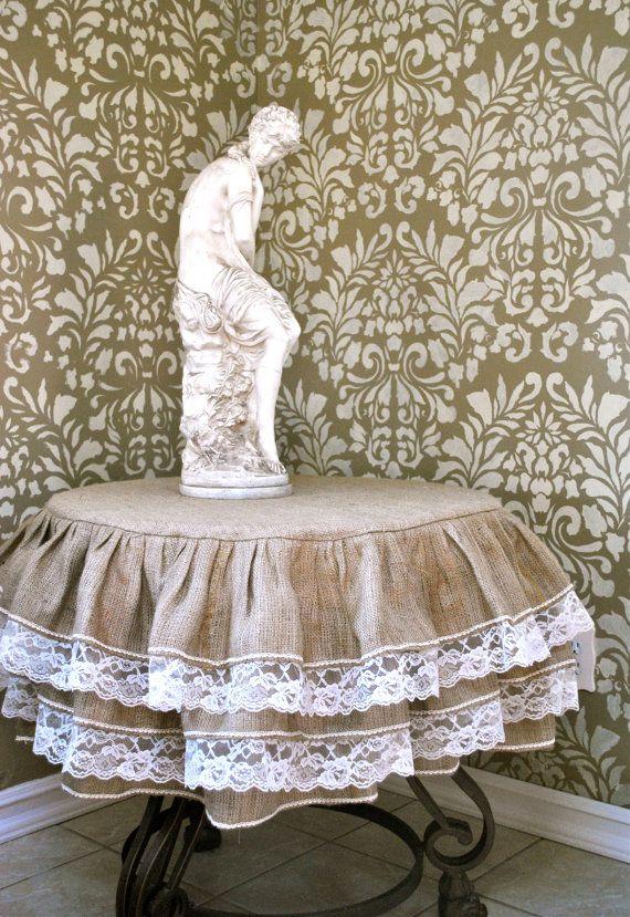 Burlap and Lace Ruffle Tablecloth por PaulaAndErika en Etsy