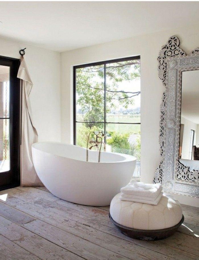 In de badkamer hebben we vaak maar beperkt ruimte. Dit maakt het lastig om je badkamer op een goede manier in te delen en toch van alle gemakken voorzien te zijn. Maar lastig betekent zeker niet onmogelijk. Vele sanitair fabrikanten springen hier goed op in en bieden creatieve oplossingen voor kleine badkamers. - Modern vrijstaand bad op rustieke houten vloer.