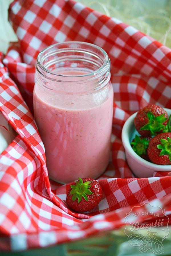 Mleczny koktajl truskawkowy jest tym, który pije najczęściej w sezonie letnim. Do jego przygotowania potrzebujemy kilka