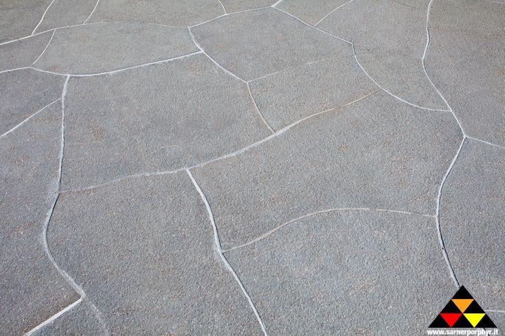 Polygonalplatten aus grau- grünem Sarner Porphyr , geschnitten und geflammt - palladiana in porfido Sarentino grigio- verde, segata e fiammata