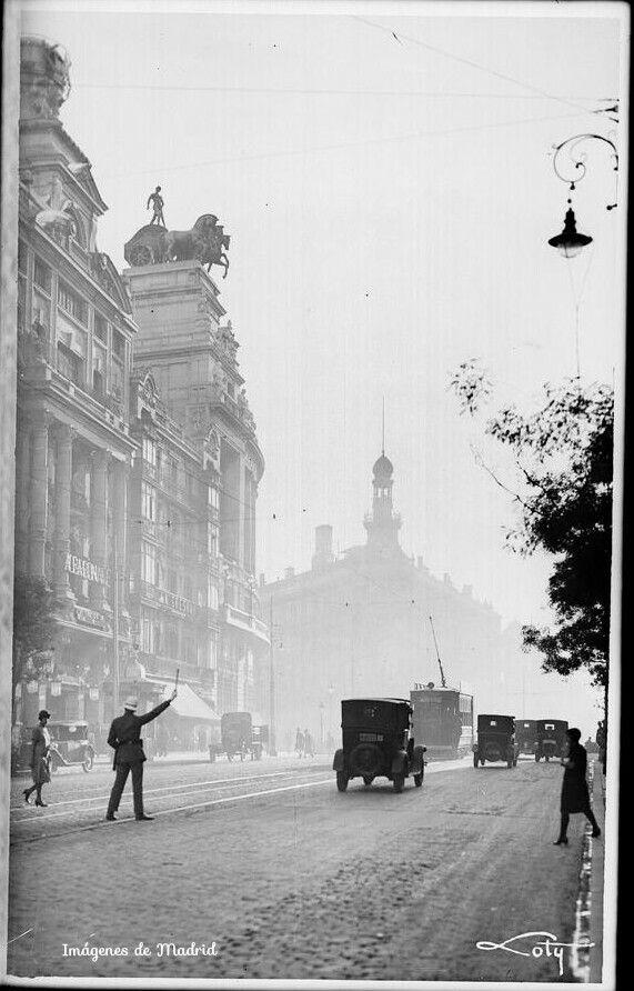 Dirigiendo el tráfico en la calle Alcalá 1927-36 Antonio Passaporte