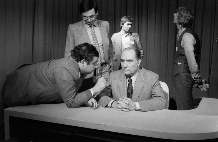 L'INA avec Photoservice.com - Jacques Attali, François Mitterrand et Serge Moati en studio, lors de l'enregistrement du débat Mitterrand-Giscard dans le cadre des élections présidentielles.
