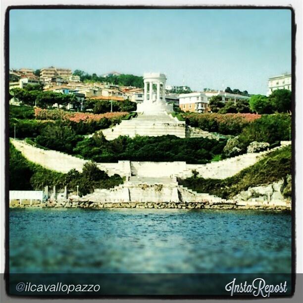 Il Monumento ai Caduti e la scalinata sottostante, entrambi in pietra d'Istria, visti dal mare. Zona del Passetto, Ancona. #ancona #rivieradelconero #conero   #italy #marche #tourism #vacanze,Passetto