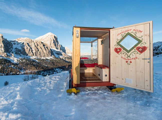 Pequena cabine móvel sobre trenó oferece noite nas montanhas em companhia das estrelas
