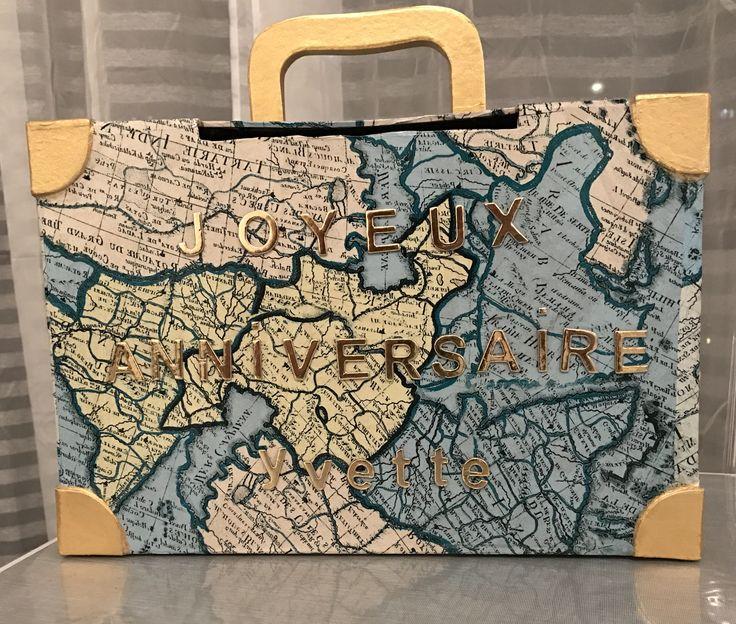 Urne anniversaires - valise Matériels acheter à cultura : -Boite forme de valise 15€29 -Feuille decopat imprimer carte du monde 0,99€ à l'unité (x3) -Peinture 45ml couleur nacre or 3,59€ -vernis /colle 2€49 -stockées Alpha 5€99