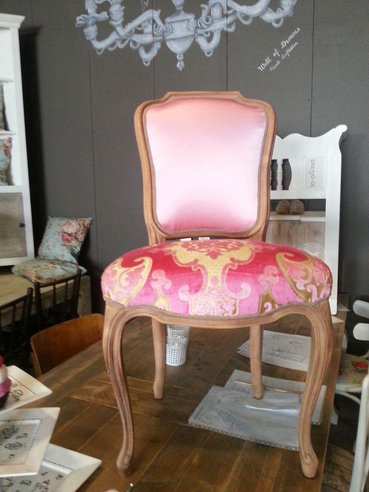 oude stoel weer in een fris roze jasje!