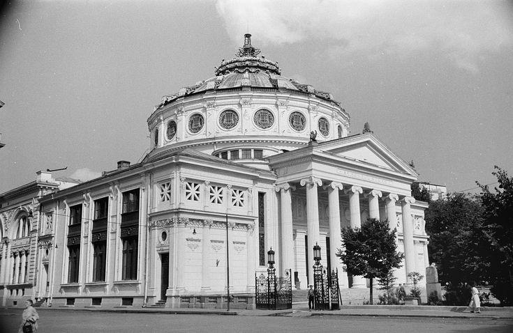Ateneul Român, București 1956  Ateneul RPR își păstra poziția de emblemă a Capitalei, deși fusese bombardat masiv în 1944. Pe fațada principală, medalioanele reprezentând voievozi medievali și pe Regele Carol I (ctitorul clădirii) fuseseră acoperite în timpul lucrărilor de restaurare de după război, în 1948. Au fost repuse în drepturi după 1960, când regimul comunist considera că sentimentele anti-regim nu mai puteau determina vreo schimbare.