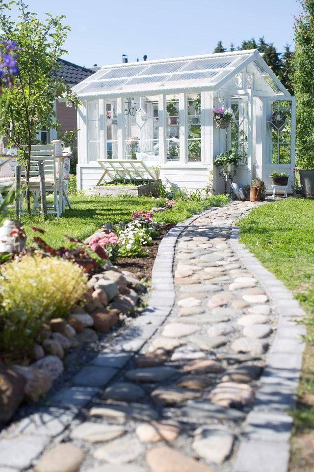 Kivipolku ja ihana kesähuone