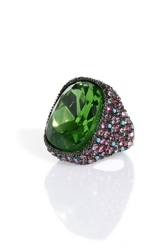mesmerizing green! I'd wear this.. but not very long, looks uncomfortable.: Big Rings, Cocktail Rings, Rings Bling, Gorgeous Jewelry, Beautiful Rings, Baubles, Accessories, Accessorizing, Bling Bling