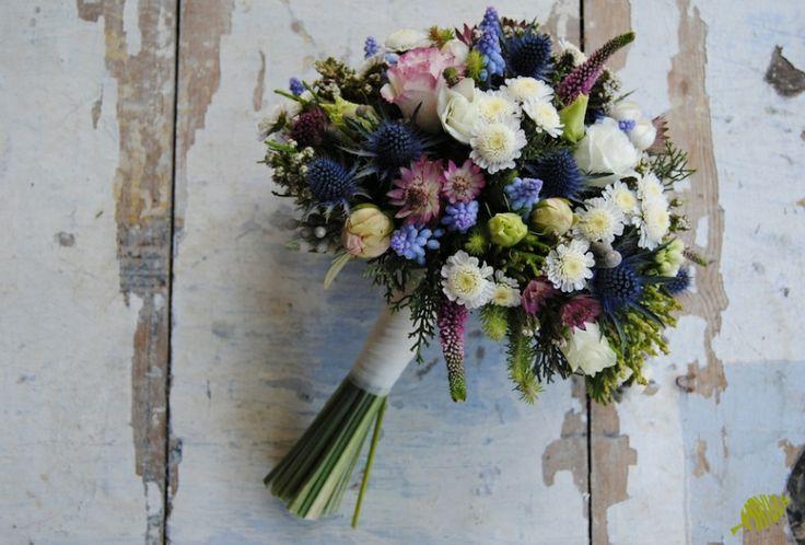 Ramo de novia silvestre con flores azules. Mayula Flores
