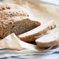 John Kemperman is een bakker in hart en nieren. Hij heeft ruim 20 jaar als bakker gewerkt en kent als geen ander alle brood- en bakrecepten. Regelmatig deelt John op Smulweb Blog recepten, weetjes en info op het gebied van brood. Deze week: even voorstellen & het basisrecept voor brood. Even voorstellen Mijn naam is …