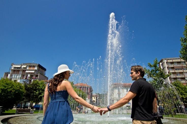 Arona, fontana, refrigerio e relax sotto il sole rovente!
