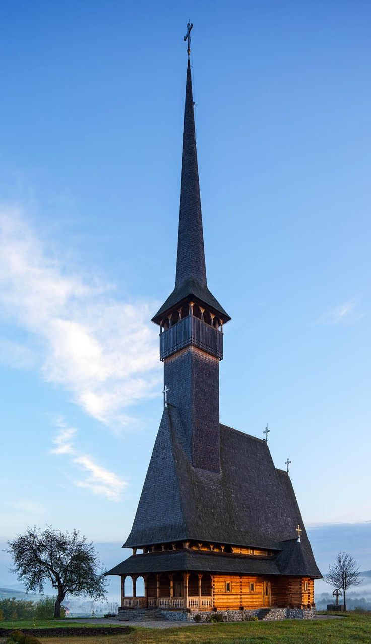 Ver a igreja de madeira do Mosteiro Ieud em Maramures concelho da Roménia alguns minutos antes do nascer do sol | Descubra surpreendente Roménia a 44 fotos espetaculares