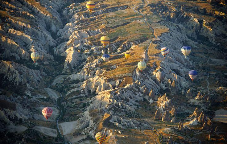 Mongolfiere sul parco nazionale di Göreme, in Cappadocia, Turchia. (Vassil Donev, Epa/Corbis)
