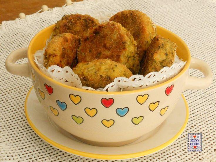 Polpettine di broccoli al forno, che possono essere un contorno, oppure un finger food o un secondo vegetariano. Sono facili e veloci da preparare.