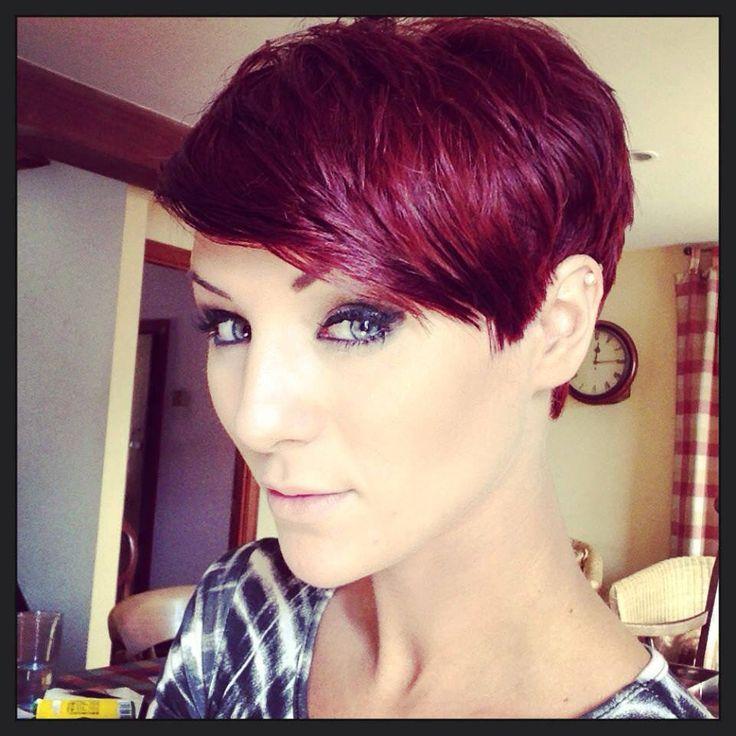 Voici une coupe de cheveux très courte, mais où on retrouve tout de même une certaine longueur sur le dessus de la tête. La coloration rousse avec des reflets fuchsia est très jolie et convient bien au style de la jeune femme.