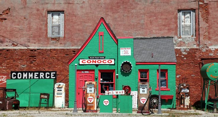 Old gas station in Commerce, Oklahoma http://www.laroute66.com/stations-essence-etats-unis.html