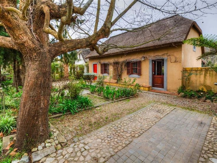 The Red Door - The Red Door, tucked away near banks of the Gobos River and the majestic Riviersonderend mountains, is situated in the charming town of Greyton.The house, which has two bedrooms and two bathrooms, features ... #weekendgetaways #greyton #southafrica