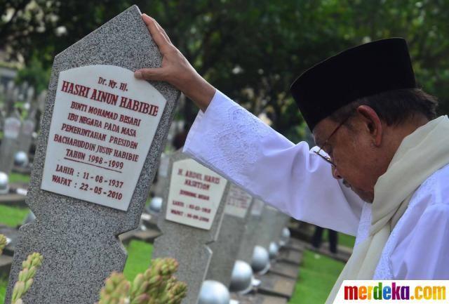 Mantan presiden BJ Habibie berdoa di makam almarhum istrinya Hasri Ainun Habibie di Taman Makam Pahlawan Kalibata, Jakarta kamis (19/4).