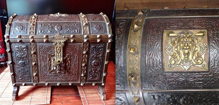 Красивый антикварный сундучок ок.1800 г.Кожа, тиснение, ковка, бронза, замок с ключём.44/35/40 см. 5000 евро.