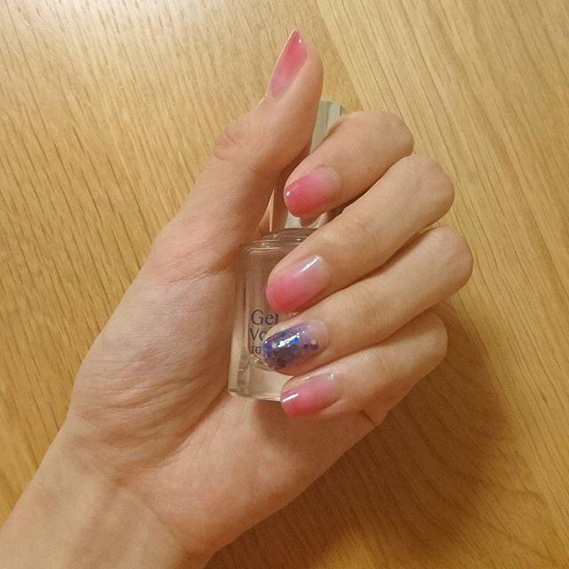 手こわっ(笑) * * 明日はおでかけなので、ファンタビのDVD見ながらマニキュア塗って乾かし……と頑張ってグラデーションネイルをやってみました。 * * 仕上がりはビミョーです(笑) 色合いもそんな考えてなかった(笑) * * 薬指は #プラネットネイル #捻じ曲げられた宇宙 * 薬指以外は #ちふれ115 (#りんご飴ネイル で有名!) * * を使用しています! * * グラデーションを作るときは、色を濃くしたい爪の先から色を塗り、三段階くらいで色を重ねてみました。 もっと綺麗に仕上がる方法あるのかな? * * ちふれの方は乾くとぱきっと境界線が見えるので、薄い→濃いの順に重ねるのが難しかったので濃い→薄いにしてみたのだけど、正解が分からん!! * * トップコートはいつも#キャンメイク の#ジェルボリュームトップコート です。 * * エディ様がとってもキュートで、ファンタビ楽しみにしてましたが、映画館が苦手なので結局DVDです💦 世界観やキャラクターの動かし方、個性がしっかりしてて面白かった😊✨…