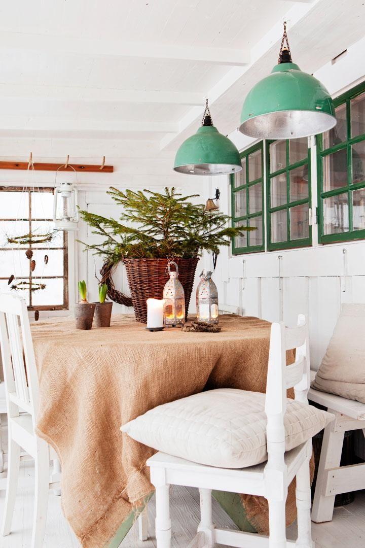 Verandans väggar är klädda med råspontspanel. Värmelamporna i taket är köpta på en gammal bondgård.