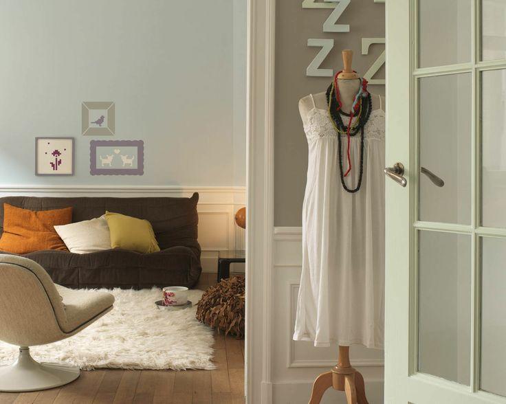 Harmonisez les teintes douces pour un espace à vivre plus serein. Les nuances subtiles de bleu éthéré font de ce salon un havre de paix où les teintes naturelles ajoutent de la profondeur.