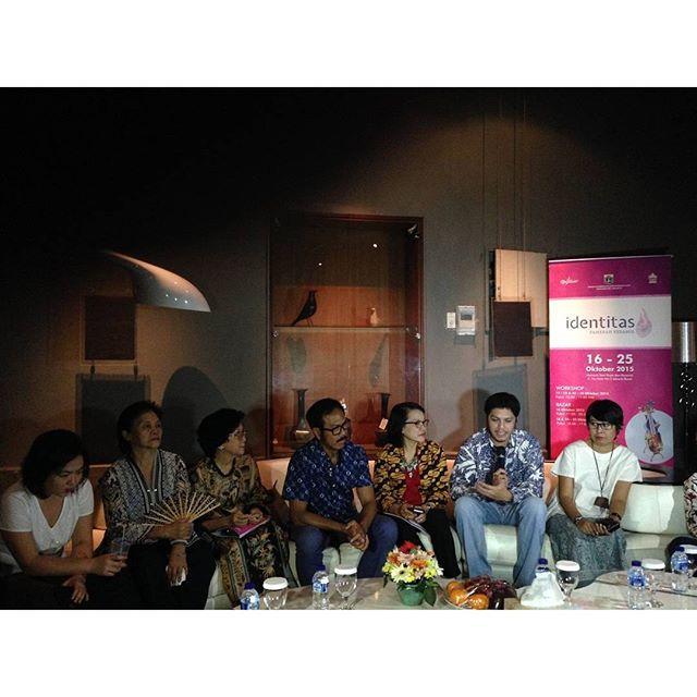 Suasana press conference yg dihadiri oleh #Senimanidentitas… by @pamerankeramik.id - Square Pics