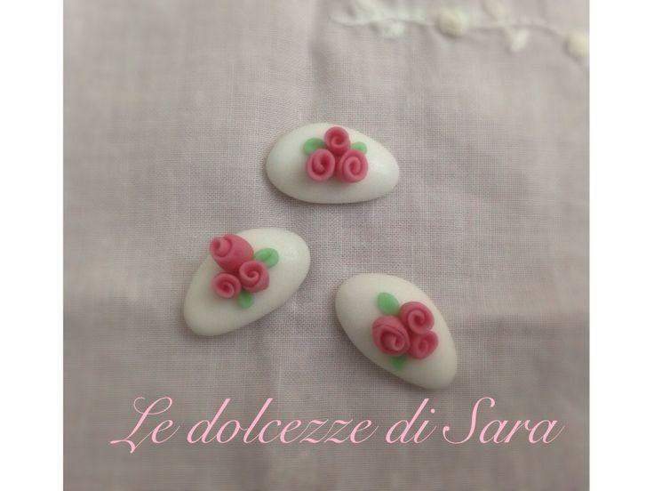 Dolci confetti roselline rosa.