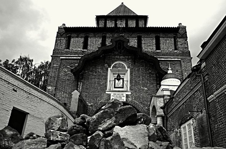 Пятницкие или Спасские ворота:  1) Получили свое название от деревянной церкви Параскевы Пятницы, покровительницы торговли. Бытует легенда, что когда – то это храм, при нашествии ворогов, ушел под землю. И с тех пор по большим храмовым праздникам из-под земли доносится звон колоколов. 2) Издревле бытовала легенда, согласно которой, существовал подземный ход, тянувшийся от Бобренева монастыря, далее он пересекал русло Москвы - реки и оканчивался возле Пятницких ворот. 3) В XVII в…