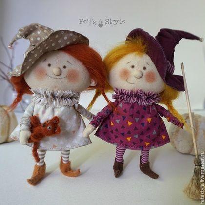 Купить или заказать Маленькие Ведьмы Подружки  Куклы текстильные Подарок на Хэллоуин в интернет-магазине на Ярмарке Мастеров. Маленькие Ведьмы Подружки Куклы текстильные Подарок на Хэллоуин. Happi Halloween Маленькие Ведьмы Подружки-хохотушки развеселят, подарят свои улыбки и хорошее настроение. Декор в день веселого Хэллоуина. Куклы сшиты из бязи, одежда из импортного хлопка, волосы, кошка - шерсть для валяния, башмачки из фетра. Стоят с опорой Можно купить по отдельности Жили были две…