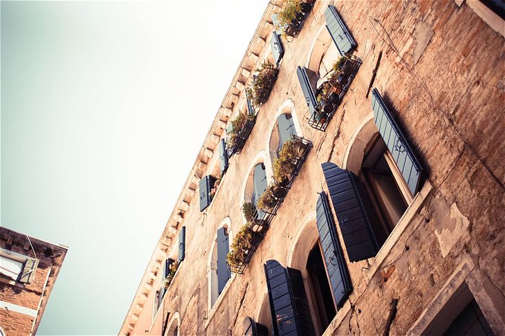 Lovely Architecture in Venice ➤ DOWNLOAD by click on the picture ➤ #Venice #Building #Architecture #Italy #City #House #Flowers #Oldtown #Street  #freestockphotos #picjumbo