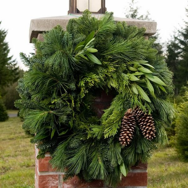fresh Christmas wreath DIY christmas decoration ideas evergreens pine cones